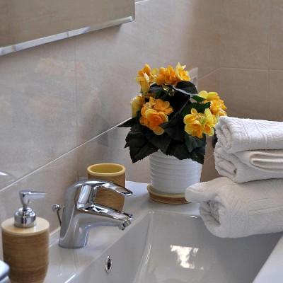 particolare bagno camera gialla matrimoniale