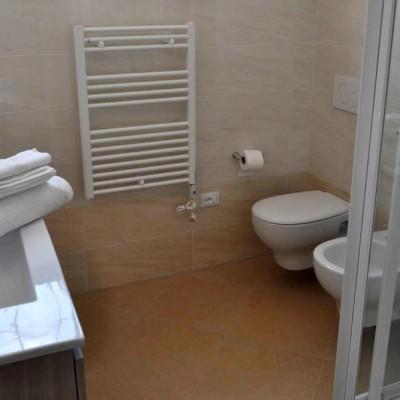 bagno camera gialla matrimoniale