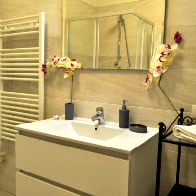 bagno appartamento con una camera matrimoniale