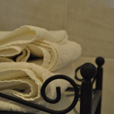 particolare bagno appartamento con una camera matrimoniale
