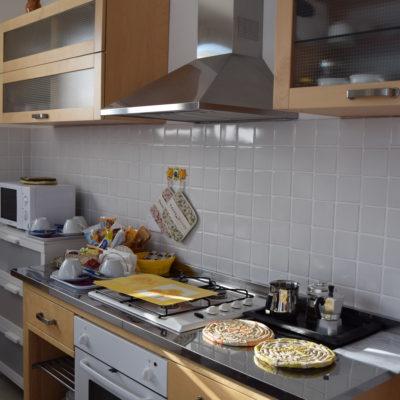 Cucina appartamento con una camera matrimoniale